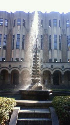 東大図書館前の噴水