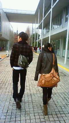キャンパス散策中の兄と妹