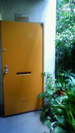 到着!おや、ドアがちょっと開いている
