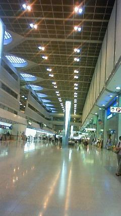 午前六時空港ロビーに到着。もうすぐ、飛びます!飛びます!