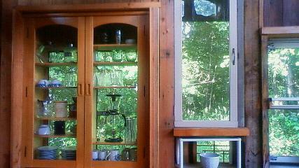 食器棚の向こうに森が見える