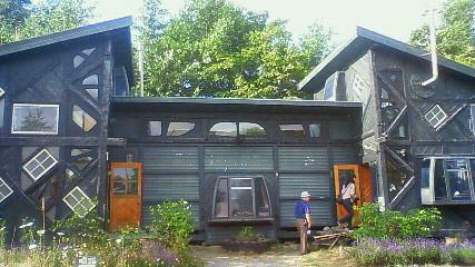 雪子(竹下景子)の家は、いたる所にスキー場のゴンドラが使用されています