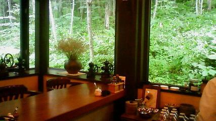 めぐみ役の大竹しのぶさんお決まりの窓際の席