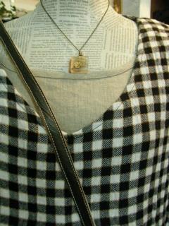 胸元のアップ。中にリネンのワンピースをコーディネートしてみました。